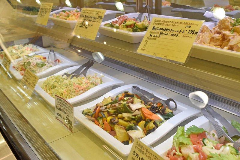 ショーケースに並ぶ量り売りの惣菜